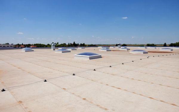 Jakie są sposoby na odwodnienie dachu płaskiego i jak dobrać właściwe rozwiązanie?